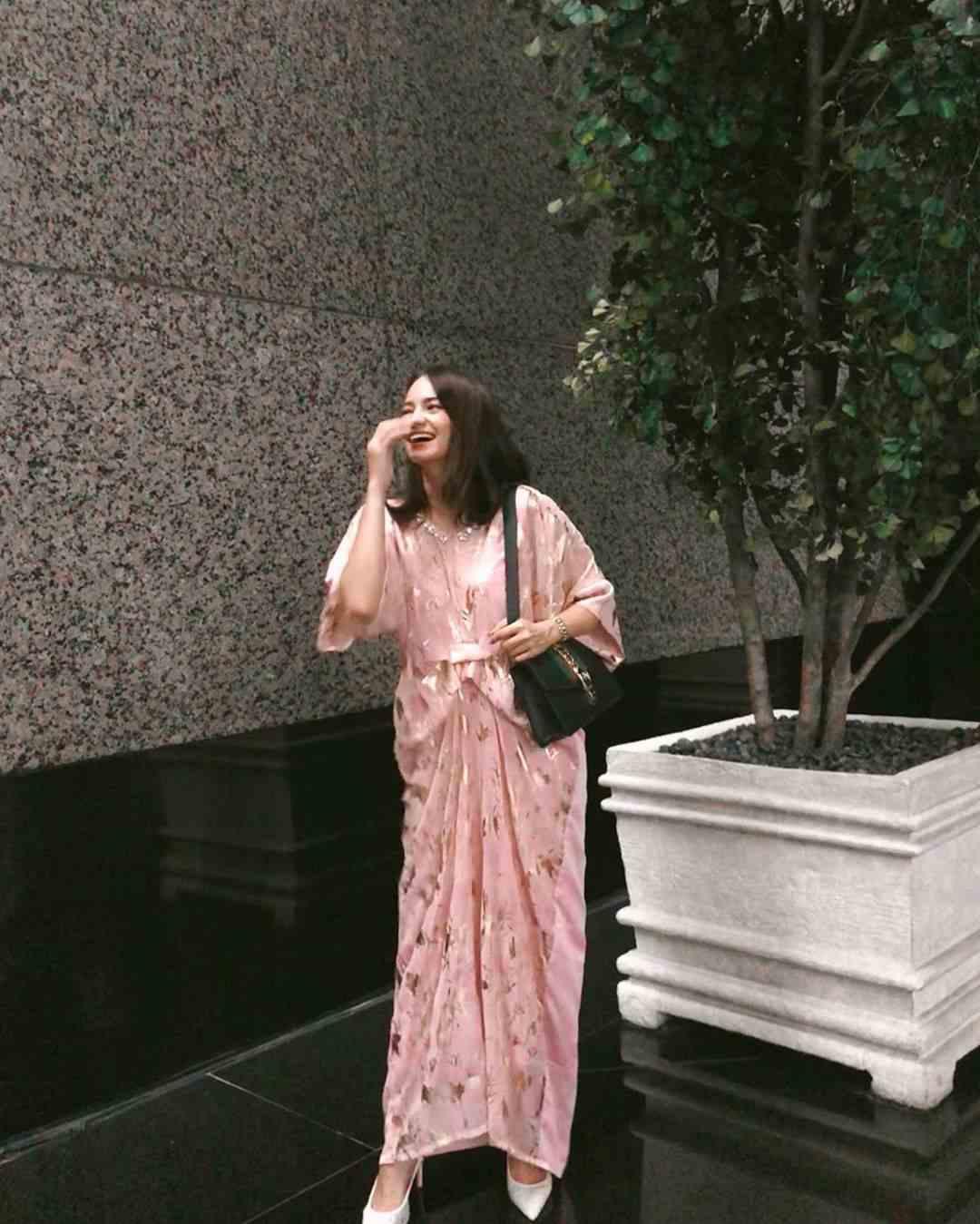 Tampak Anggun, 10 Inspirasi OOTD Rok dan Dress Ala Enzy Storia