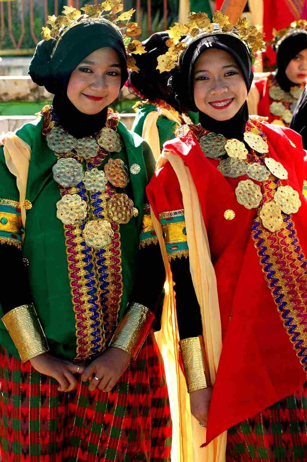 10 Pakaian Khas Sulawesi Selatan Lengkap dengan Aksesorisnya